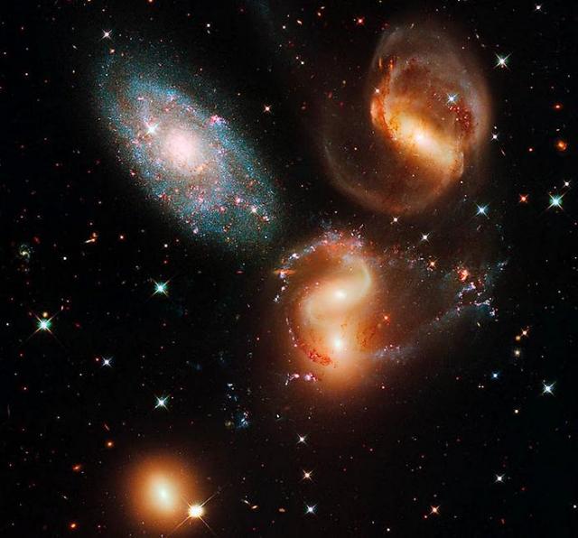 Пять галактик, постепенно приближающихся друг к другу.
