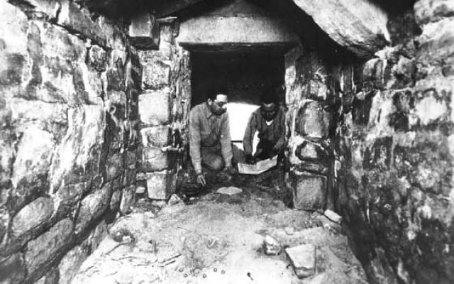 В 1930-х годах на холме Монте-Альбан проводил раскопки мексиканский археолог Альфонсо Касо, который и обнаружил скрытый веками забвения город, и это открытие многие приравнивают к открытию Трои Генрихом Шлиманом.