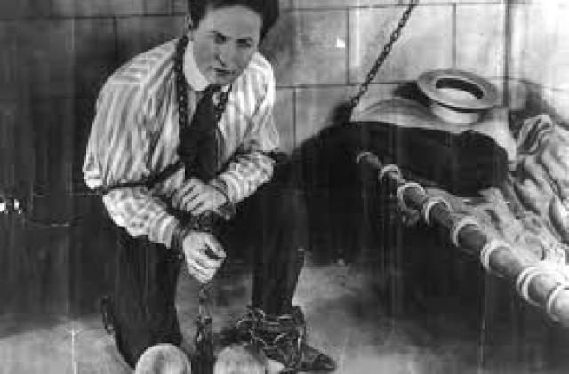 Что касается разведки, то некоторые исследователи утверждали, что именно она помогла Гудини добиться успеха в карьере. Якобы по договоренности со спецслужбами Британии и США Гарри выполнял свои знаменитые трюки-побеги из тюрем в разных городах и странах.