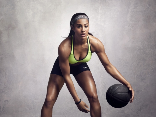 3. Скайлер Диггинс - баскетбол Скайлер Диггинс - признанная звезда женского баскетбола: в 2014 году Женская национальная баскетбольная ассоциация США признала её звездой - ведь только звезда может набрать 20.1 очков за игру! Помимо этого, Скайлар строит и карьеру фотомодели.