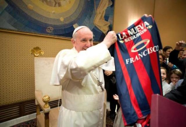Кстати, понтифик, как истинный португалец - большой футбольный фанат.