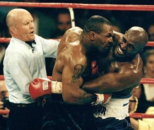Тайсон - Холифилд - откусил ухо Второй титульный бой Майка Тайсона против Эвандера Холифилда, который состоялся в конце девяностых и которого с нетерпением ждала вся мировая боксерская общественность, на деле оказался спортивным разочарованием и триумфом человеческого безумия и остался в памяти любителей бокса лишь благодаря окровавленной ушной раковине в зубах Майка Тайсона.