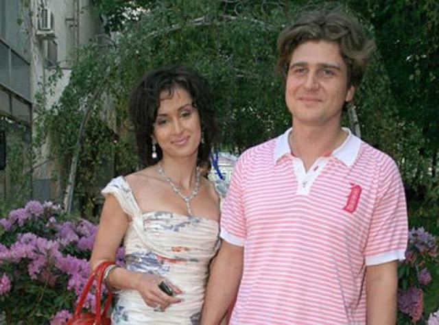 В мае 2010 года личная жизнь Канделаки попадает в центр внимания прессы, когда в Лефортовском суде Москвы Тина оформила официальный развод со своим мужем Андреем Кондрахиным, с которым прожила 11 лет в браке. На фото: Тина Канделаки и ее бывший муж Андрей Кондрахин