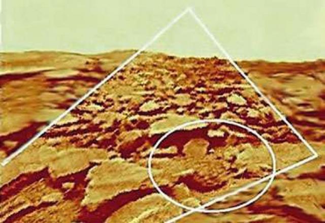 """Изображение объекта, названного """"странный камень"""" , (в овале) при исправлении геометрии панорамы """"Венеры-9"""" становится более вытянутым. Центральное поле, ограниченное наклонными линиями, соответствует правой части предыдущего фото."""