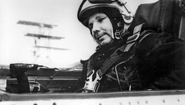27 марта 1968 года Гагарин погиб в авиационной катастрофе, выполняя тренировочный полет на самолете МиГ-15УТИ под руководством опытного инструктора. Кремирован, урна с прахом захоронена в Кремлевской стене.