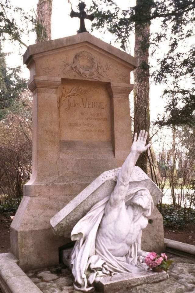 Останки писателя Жюля Верна захоронены на кладбище Cimetière de la Madeleine и снабжены довольно жутковатым надгробием.