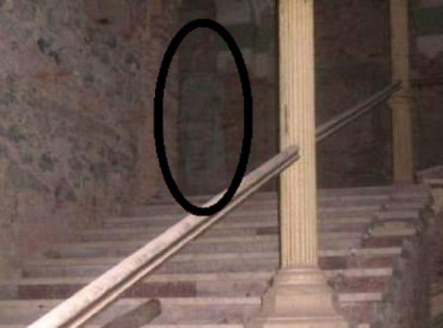 Эта фотография из отеля Decebal в Румынии. Легенда гласит, что древнеримский клад скрыт где-то в 150-летнем здании, и этот призрак охраняет его.