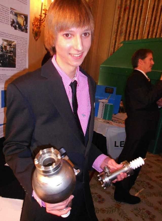 Тейлор Рамон Уилсон Тейлор прославился после того, как в возрасте 14 лет изобрел устройство для реакции ядерного синтеза - узор. А за 4 года до этого он сконструировал ядерную бомбу. В 2011 году юный ученый получил премию за изобретенный детектор переходного излучения от компании Intel на международной научно-технической ярмарке.