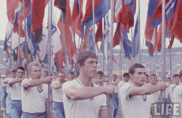 """Фотограф Билл Эппридж опубликовал серию фото """"Советская молодежь"""" в американском журнале """"LIFE""""."""