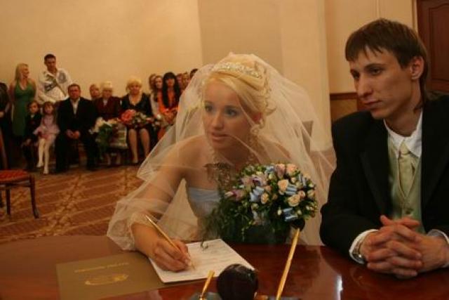 После свадьбы Оксана и Владимир прожили вместе всего три года. Оксана в 2010 году дала интервью о том, что супруг часто поднимал на нее руку и держал взаперти, а сам пил с друзьями.