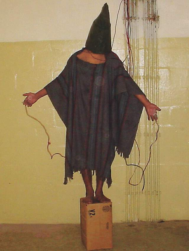 Человек в капюшоне, сержант Иван Фредерик, 2003. Фредерик был одним из нескольких солдат, которые принимали участие в пытках иракских заключенных в тюрьме Абу-Грейб. Снимок является доказательством того, что война в Ираке - отнюдь не героическая страница истории США.