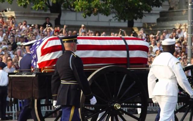 Рональд Рейган. Бывший актер и президент США с 1980 по 1988 год скончался в 2004. Похоронная церемония обошлась организаторам в $400 млн.