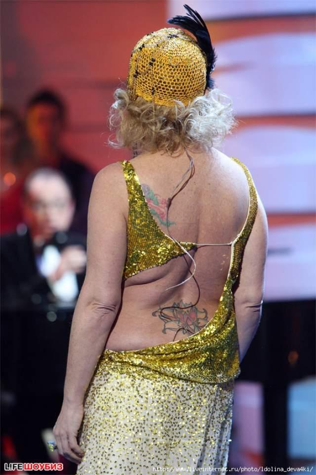 Кстати, у Долиной и до этого было несколько тату, которые легко спрятать под одеждой: изображение цветка лотоса на пояснице, красная роза с пуантами на плече, а на щиколотке - сакура.