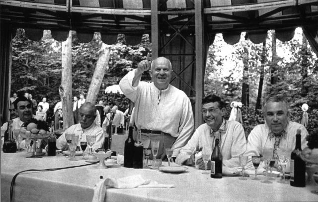 Кроме этого Хрущев любил отдыхать на госдаче в Пицунде, на Кавказе. Туда он мог отправиться и весной, и летом, и осенью.