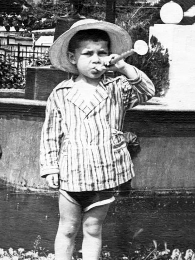 """Олег Газманов, 66 лет. Выросший в Калининграде певец был в детстве, как многие дети, сорванцом, который мог целыми днями пропадать на улице. За ловкие перемещения с дерева на дерево ребята во дворе звали будущую звезду """"Маугли""""."""