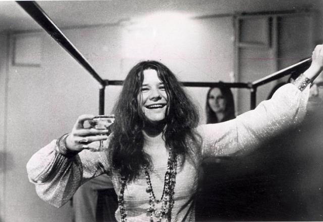 """Дженис Джоплин. """"Я предпочту прожить десять лет суперактивной и наполненной жизни, чем быть семидесятилетней старухой, которая сидит на треклятом стуле и смотрит телевизор"""". 4 октября 1970 года американская рок-певица была найдена мертвой в номере отеля """"Лэндмарк Мотор"""". Экспертиза показала большую дозу опиатов в ее крови."""