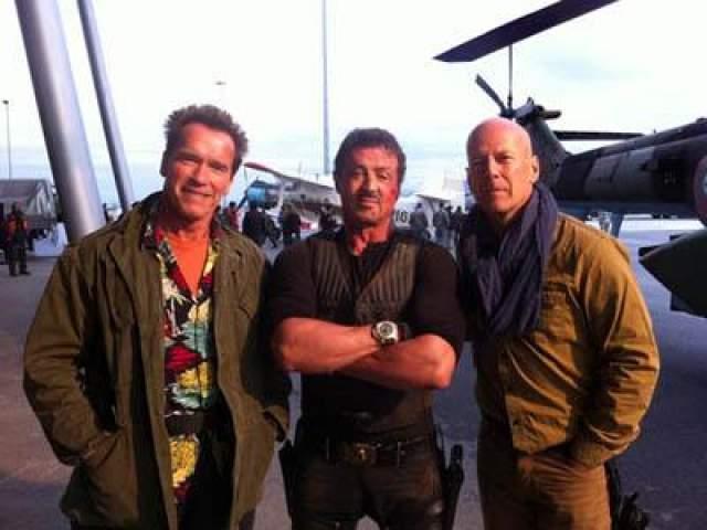 11 октября 2011 года: «Назад к съёмкам в фильме «Неудержимые 2»! У меня были фантастические ощущения во время съёмок с Брюсом и Слаем в Болгарии» - так прокомментировал фотографию сам Арни.