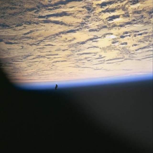 Снимки, полученные во время миссии НАСА STS-88 позволили сделать заключение о искусственном происхождении объекта.