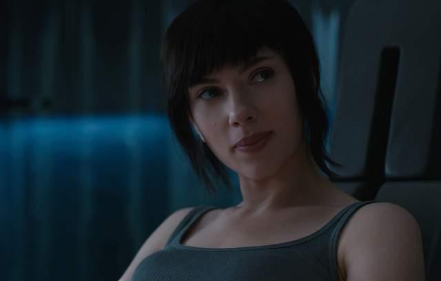 """А роль в картине """"Призрак в доспехах"""" принесла ей кое-что новенькое, а именно - необходимость обращения с оружие и тактике боя. Скарлет справилась с честью."""