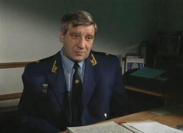 Но дежурный милиционер, нарушив приказ, посадил Головкина в одиночную камеру. Ночь он провел в одиночестве, а утром 20 октября попросился на допрос и признался Костареву (на фото) в последнем тройном убийстве.