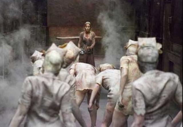 """""""Сайлент Хилл"""" . Фильм полон напряженных сцен, одна из самых страшных - когда главная героиня проходит мимо замерших медсестер…"""