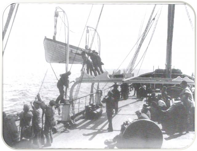 """Палуба парохода дрожала от больших оборотов машины, которая работала на задний ход. Прошло пять минут, и """"Нордж"""" с приглушенным водой скрежетом железа о гранит сошел кормой на глубину."""