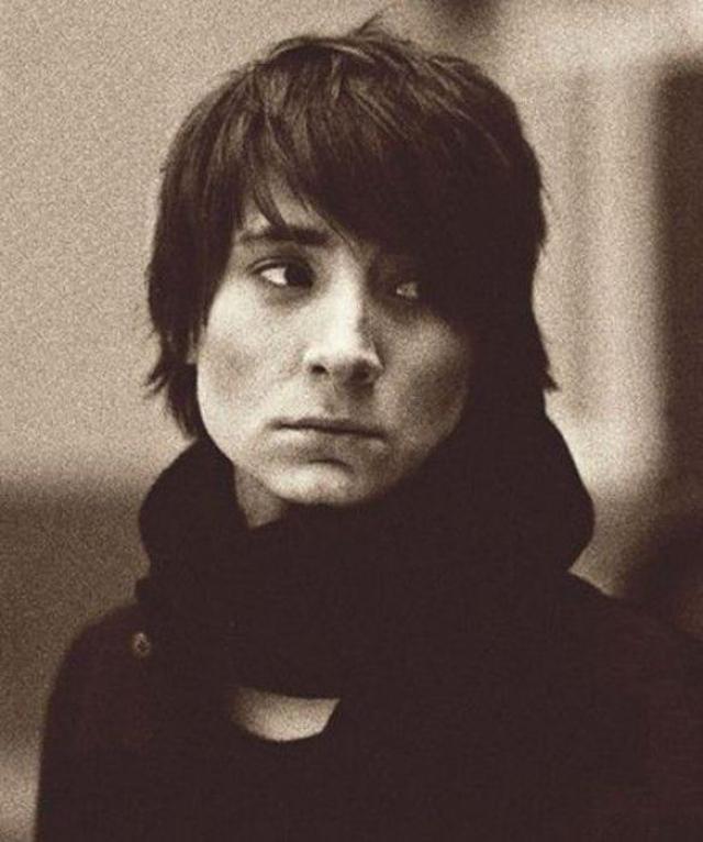 """""""Zемфира"""" . В начале 1998 года Земфира переезжает из родной Уфы в Москву, где начинает работу со своей группой над первым студийным альбомом, выпущенным спустя год."""