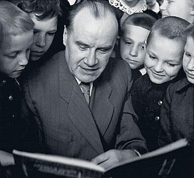 В годы Великой Отечественной войны Носов занимался режиссурой учебных военно-технических фильмов для РККА. С 1938 года начинает писать детские рассказы, но профессиональным литератором становится только после Великой Отечественной войны.