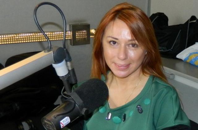 Алена Апина - счастливая жена продюсера Бориса Иратова и заботливая мать дочери Ксюши. Певица иногда снимает клипы на новые песни и ведет на радио авторское шоу