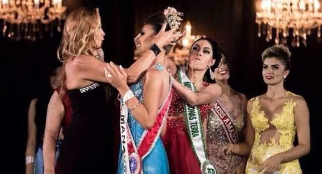 """Шейcлан Айялла. В финале конкурса """"Мисс Амазонка-2015"""", который проходил Бразилии, вице-мисс Айялла (Sheislane Hayalla) вцепилась в украшенные короной волосы победительницы Каролины Толедо."""