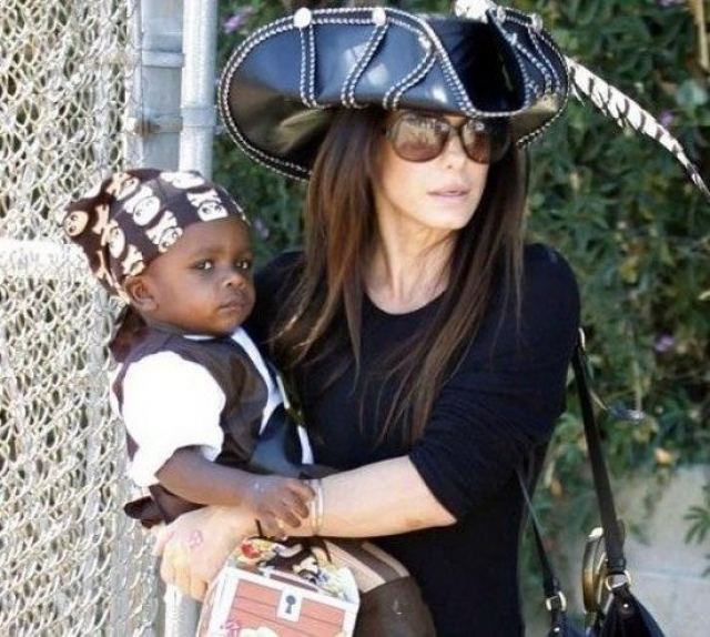 Сандра Баллок. Актриса усыновила первого малыша в 2010 году, назвав его Луис Бардо. В многочисленных интервью актриса не раз говорила, что сын помог ей перенести развод с мужем.