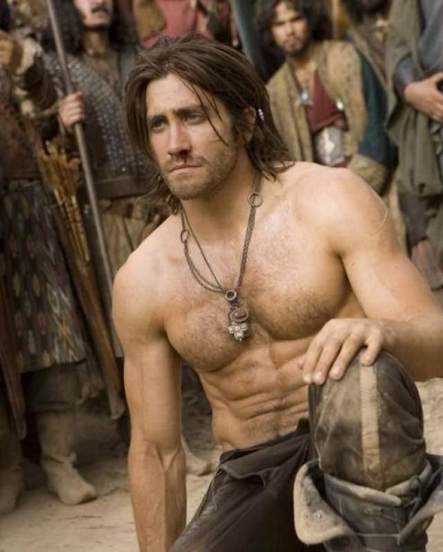 """Джейк Джилленхол Актер Джейк Джилленхол не раз пускался в авантюры с внешностью: для роли эпического персонажа в """"Принце Персии"""" актер набрал приличную мышечную массу."""