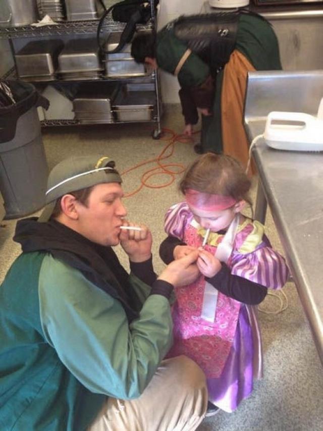 Для маленькой принцессы отцу не жалко даже сигареты.