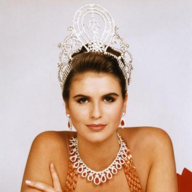 Мишель Маклин, Намибия. «Мисс Вселенная — 1992». 19 лет, рост 184 см, параметры фигуры 93−61−92