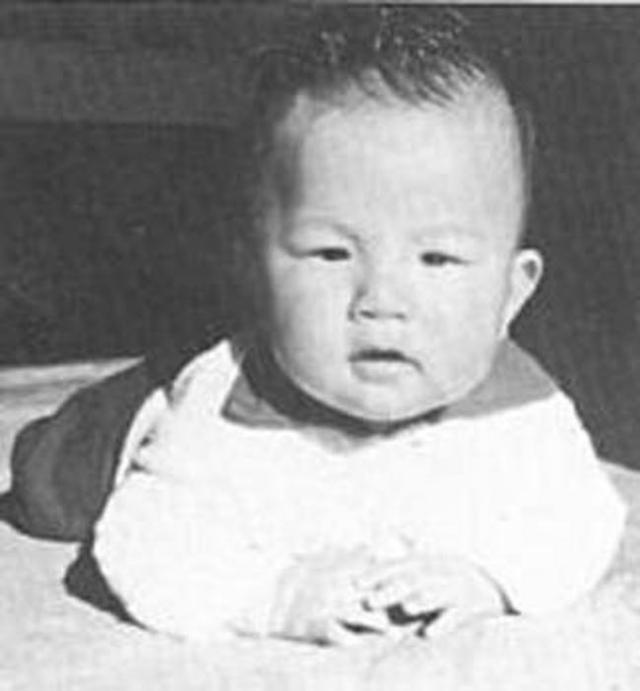 Свою необычность Джеки Чан проявил еще до рождения: его мать была беременна им почти целых 11 месяцев! Наконец, она обратилась к врачу, который сделал ей кесарево сечение. Вес ребенка составил 5 килограммов 400 грамм.