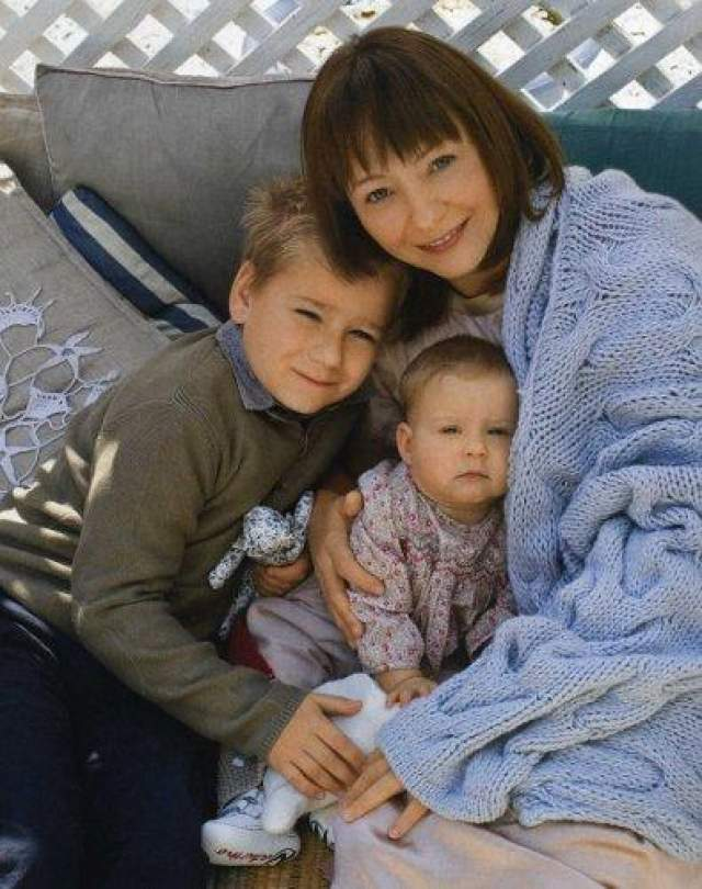 Евгения Добровольская - родила четвертого ребенка в 44 года. У актрисы было трое сыновей, и она призналась, что появление на свет девочки для нее - невероятное счастье.