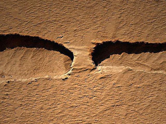 "Американский аппарат Mars Reconnaissance Orbiter снял марсианский ""мост""."