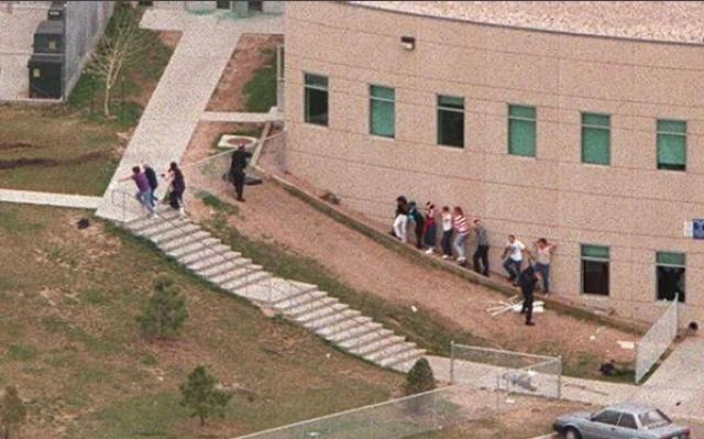 """Вернувшись на верхний этаж, Харрис и Клиболд начали бродить по северному и южному коридорам, бесцельно стреляя во все что можно. Позже один из учеников, находившийся в классе, вспоминал, что нападавшие призывали всех выйти из классов, выкрикивая: """"Мы знаем, что вы здесь, выходите!""""."""