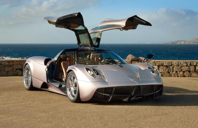 Pagani Huayra - $1 440 000. Эксклюзивный итальянский автомобиль оснащен специальными органами управления – элеронами, которые позволяют нажатием кнопки изменять прижимную силу.