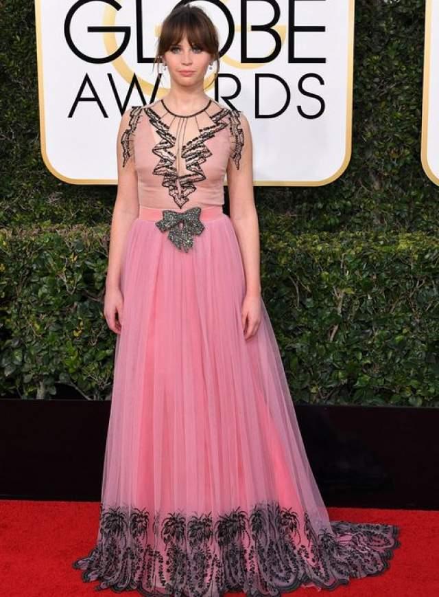 Фелисити Джонс предпочла для выхода розовое платье с напечатанным кружевом.