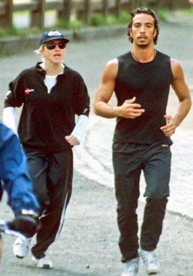 Хотя на тот момент Мадонна была замужем за режиссером Гаем Ричи, именно от Карлоса она родила дочь Лурдес.
