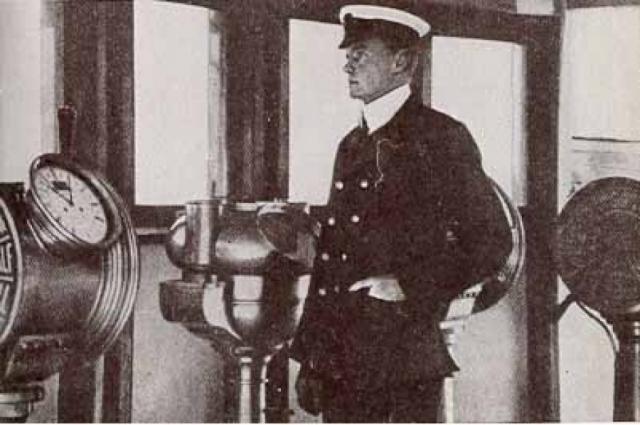 """Второй помощник капитана Чарльз Герберт Лайтоллер спрыгнул с корабля одним из последних, чудом избежав засасывания в вентиляционную шахту. Он доплыл до складной шлюпки Б, плававшей вверх дном: оторвавшаяся и упавшая в море рядом с ним труба """"Титаника """" отогнала шлюпку дальше от тонущего судна и позволила ей оставаться на плаву."""