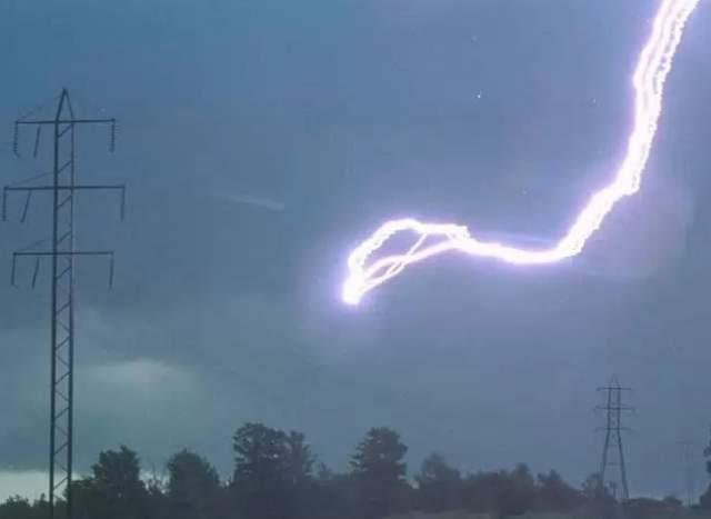 Бывает, что молнии парят в воздухе несколько секунд, после чего бесследно исчезают.