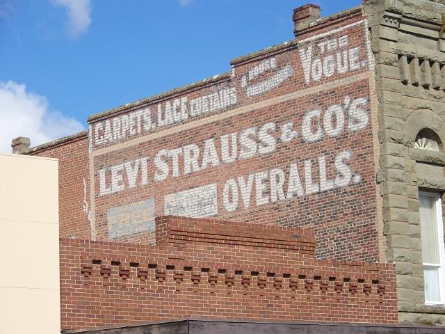 Levi Strauss, первый производитель джинсов, сегодня является крупнейшим изготовителем одежды в мире. Объем годовой продажи продукции компании составляет $7 миллиардов, из них - 71% джинсов и джинсововой продукции.
