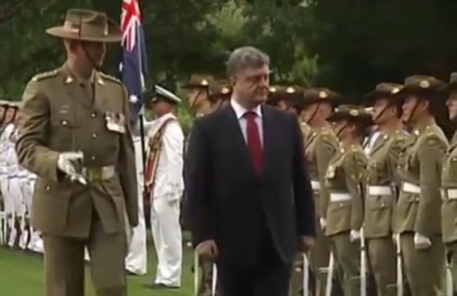 Во время первого в истории визита украинского президента в Австралию он также успел оконфузиться. Петра Порошенко встречал почетный караул...