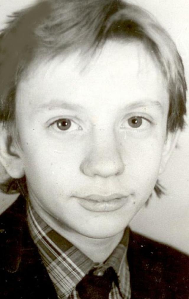 """В 1986 году окончил школу, но из-за постоянных съемок аттестат не получил (десять классов окончил со справкой """"прослушал"""")."""