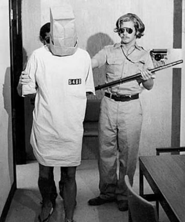 """Охранники (по приказу Замбардо) стали стравливать заключенных друг с другом, заставляя думать, что в их рядах есть так званные """"информаторы"""". Впрочем изначально эксперимент был задуман для того, чтобы помочь участникам привыкнуть к идентификационным номерам, но на деле он превратился в часовые испытания, в ходе которых охранники изводили заключенных и подвергали их физическим наказаниям."""