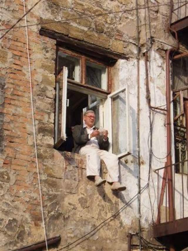 """До гибели у Краско было только два полноценных съемочных дня, он успел сыграть несколько эпизодов, в том числе и сцену, в которой его героя находят мертвым. Несмотря на произошедшую трагедию, работа над """"Ликвидацией"""" была продолжена - роль Фимы вместо Краско сыграл Сергей Маковецкий. Андрей Краско на съемках фильма """"Ликвидация"""""""
