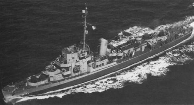 """Филадельфийский эксперимент В конце октября 1943 года ВМС США провели мифический эксперимент. Люди стали свидетелями того, как эсминец """"Элдридж"""" исчез вместе с находившейся на борту командой, а затем появился в нескольких километрах от первоначальной точкой. Легенда гласит, что после исчезновения эсминца в воздухе витал зеленоватый туман, а когда судно вновь появилось, то на его борту из 181 одного человека в живых остались только 21."""