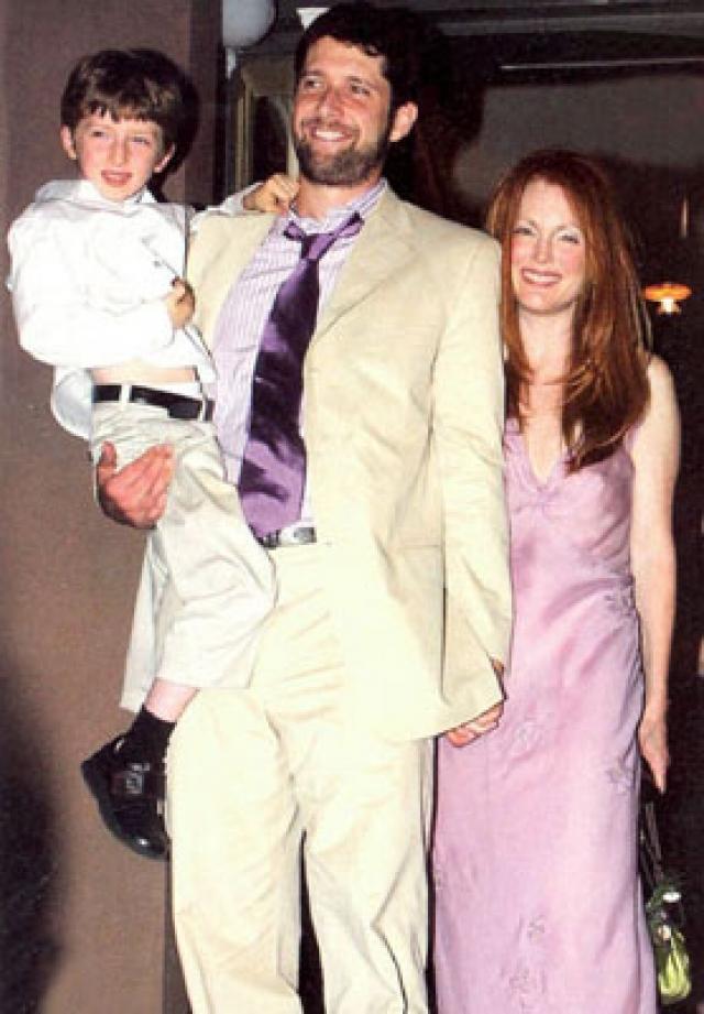 Среди 36 самых близких гостей, присутствовавших на церемонии, были уже появившиеся на свет сын пары - 5-летний Калеб и годовалая малышка Лив Хелен.